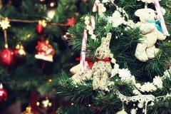 O inverno decora a neve escura do feriado da lanterna da vela fotografia de stock
