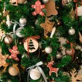 O inverno decorativo do Natal objeta - brinquedos, festões, pão-de-espécie Imagens de Stock Royalty Free