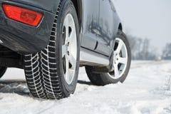 O inverno monta pneus as rodas instaladas no carro do suv fora Imagens de Stock Royalty Free