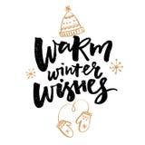 O inverno morno deseja o texto Cartão com caligrafia da escova e ilustrações tiradas mão dos mitenes e do chapéu ilustração stock