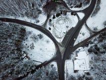 O inverno nevado da floresta e da estrada da vista aérea ajardina Fotos de Stock Royalty Free