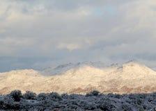 O inverno nubla-se cobrindo as montanhas cobertos de neve de Santa Catalina em Tucson, o Arizona Foto de Stock
