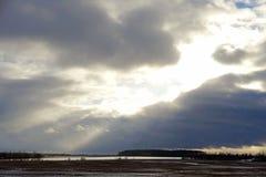 O inverno Sun brilha através das nuvens dezembro, 25 Fotografia de Stock Royalty Free
