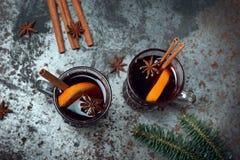 O inverno tradicional ferventou com especiarias o vinho no vidro e no Natal do vintage Fotografia de Stock Royalty Free