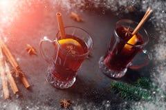O inverno tradicional ferventou com especiarias o vinho no vidro e no Natal do vintage Foto de Stock