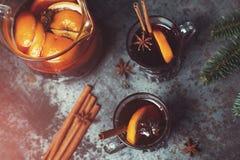 O inverno tradicional ferventou com especiarias o vinho no vidro e no Natal do vintage ou Foto de Stock
