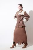 O inverno veste o revestimento de pele de carneiro da mulher da forma foto de stock