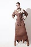 O inverno veste o revestimento de pele de carneiro da mulher da forma fotografia de stock