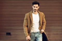 O inverno vestindo do homem novo veste-se na rua imagens de stock royalty free