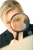 O investigador sério examina o dobrador Foto de Stock
