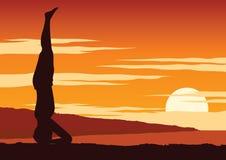 O iogue da Índia para executar a ioga, um tipo de relaxa, ao redor com natureza no tempo do por do sol, projeto da silhueta ilustração royalty free