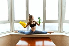O iogue da mulher lava janelas imagem de stock
