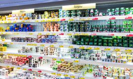 O iogurte fresco dos produtos láteos, curd pronto para a venda no supermercado Imagem de Stock