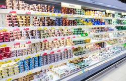 O iogurte fresco dos produtos láteos, curd pronto para a venda no supermercado Fotos de Stock