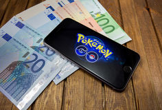 O iPhone 6s de Apple com Pokemon vai na tela Foto de Stock Royalty Free