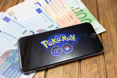 O iPhone 6s de Apple com Pokemon vai na tela Imagem de Stock