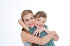 O irmão abraça sua irmã com amor Imagens de Stock Royalty Free