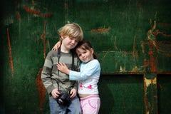 O irmão novo e a irmã levantam para uma foto Foto de Stock