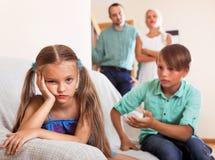 O irmão acalma a irmã irritada Imagem de Stock Royalty Free