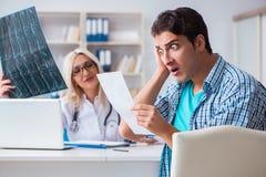 O irritado paciente masculino na conta de cuidados médicos cara imagens de stock
