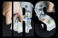 O IRS, dinheiro americano o homem novo branco conta o dinheiro, cem bil novos do dólar foto de stock royalty free