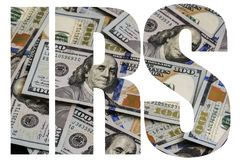 O IRS, dinheiro americano um grande número cem-dólar novo desintegrou cem U imagem de stock royalty free