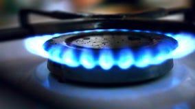 O isqueiro inflamou o gás-fogão vídeos de arquivo