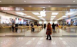 O iStore de Apple em Ste Foy, Quebeque fotos de stock