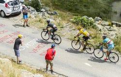 O jérsei amarelo nas estradas das montanhas Imagem de Stock Royalty Free