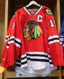 O jérsei dos Chicago Blackhawks na exposição na loja do NHL fotografia de stock royalty free