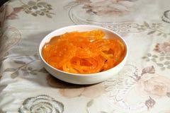 O jalebi delicioso doce indiano serviu em uma bacia Fotos de Stock