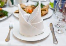 O jantar é servido, ajuste de lugar no restaurante Fotos de Stock