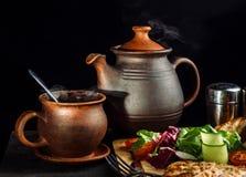 O jantar colocado na tabela, ochicken o peito e o salat foto de stock