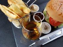 O jantar do almoço do Fastfood come o singlemalt do blackbackground do blackplate da bebida Foto de Stock Royalty Free