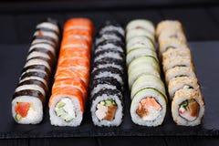 O japonês classificou o grupo fresco saboroso do sushi servido na ardósia preta, c imagem de stock