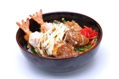 O japonês de Ebi Katsudon fritou a bacia de arroz do camarão isolada em w Fotos de Stock Royalty Free