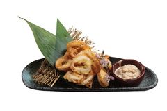 O japonês isolado fritou o calamar de mistura Karaage da farinha do tempura do calamar servido com molho na placa preta Fotografia de Stock Royalty Free