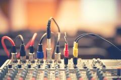 O jaque e os fios audio conectaram ao misturador audio, equipamento do DJ da música fotos de stock