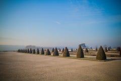O jardim abandonado de Versalhes na névoa da manhã foto de stock