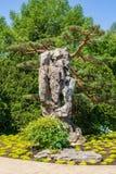 O jardim chinês dá-lhe boas-vindas em Montreal foto de stock