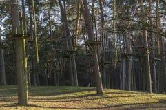 O jardim de escalada, cordas altas percorre na floresta com v?rios elementos e cordas de escalada da seguran?a entre as ?rvores i imagem de stock royalty free