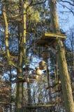 O jardim de escalada, cordas altas percorre na floresta com v?rios elementos e cordas de escalada da seguran?a entre as ?rvores i foto de stock royalty free