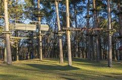 O jardim de escalada, cordas altas percorre na floresta com v?rios elementos e cordas de escalada da seguran?a entre as ?rvores i fotos de stock
