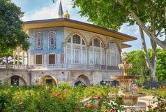 O jardim de rosas com a fonte na frente do quiosque de Bagdade, Istambul foto de stock