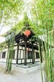 O jardim e a casa de bambu chineses fotos de stock