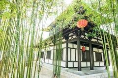 O jardim e a casa de bambu chineses fotografia de stock royalty free