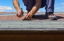 O jardineiro renova o telhado da casa do jardim do verão Fotos de Stock Royalty Free