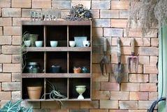 O jardineiro utiliza ferramentas a parede Fotografia de Stock