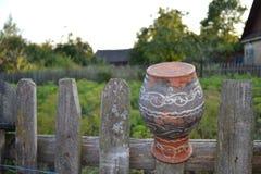 O jarro sobre a cerca Imagens de Stock Royalty Free