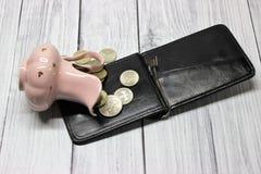O jarro virado com dinheiro e uma bolsa fotos de stock royalty free